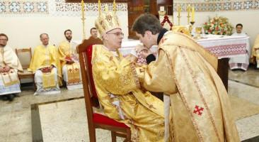 Por que algumas pessoas beijam as mãos dos padres?